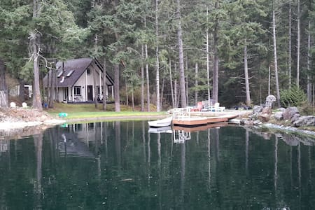 Lakefront Cottage in the Woods - Victoria - House