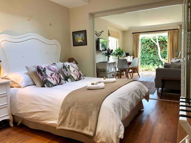 Charming Guest Suite in Tranquil Leafy Constantia