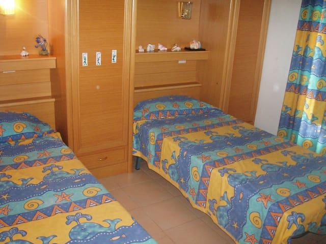 Habitacion dos camas, con armarios y balcon