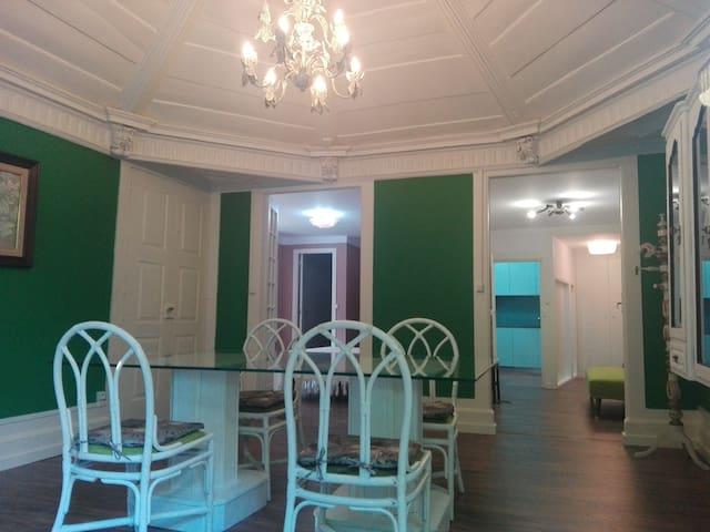 Dining room (with bedroom, TV seating area and kitchen in the background)   Sala de jantar (com quarto, sala de TV e cozinha em plano de fundo)