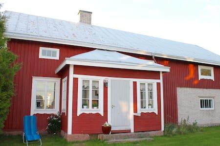 Lantlig och mysig stuga precis vid havet - Saltvik - Kabin