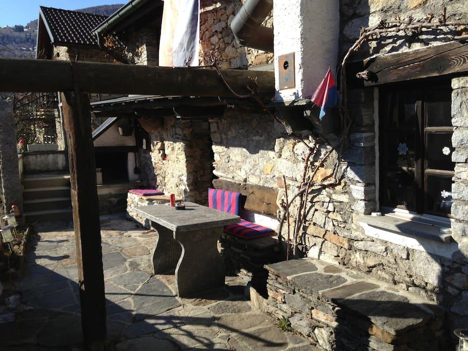 Granit Tisch mit Grillgelegenheit