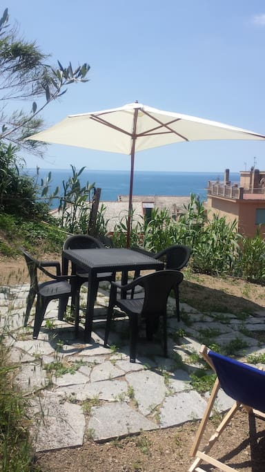 Table for 4 persons and Sea view from the private garden / Tavolo per 4 persone e Vista mare dal giardino privato