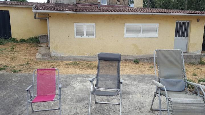 Maison de vacance avec vue et jardin.