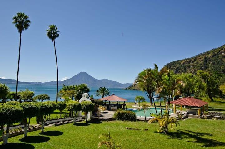 Casa Grande en Bahía a orilla del Lago de Atitlán