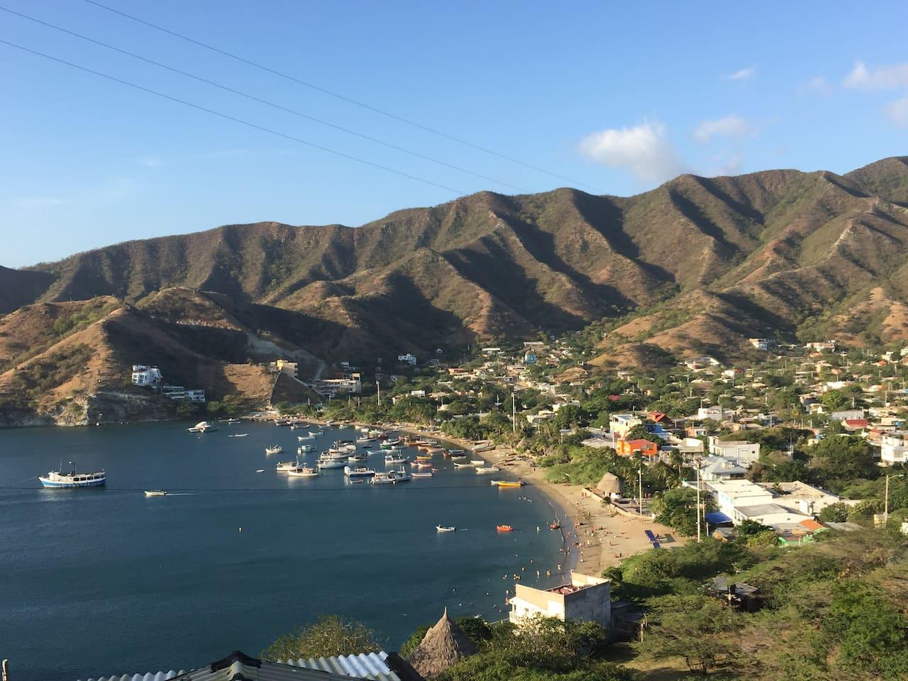 Vista al mar, la montaña y pueblo de Taganga desde el establecimiento