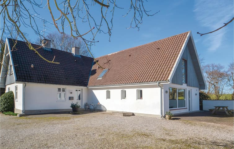 Holiday cottage with 5 bedrooms on 180m² in Grenaa