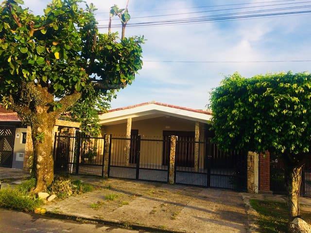 Casa com piscina e próxima da praia em Itanhaém-SP