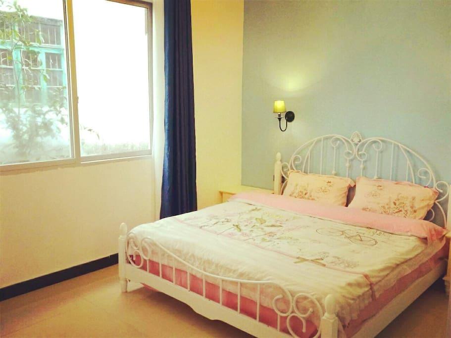 峡谷幽兰套房里的床和窗户