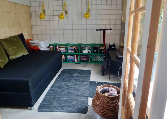 Værelse med 120 x 200 seng, masser af bøger samt arbejdsplads og tv