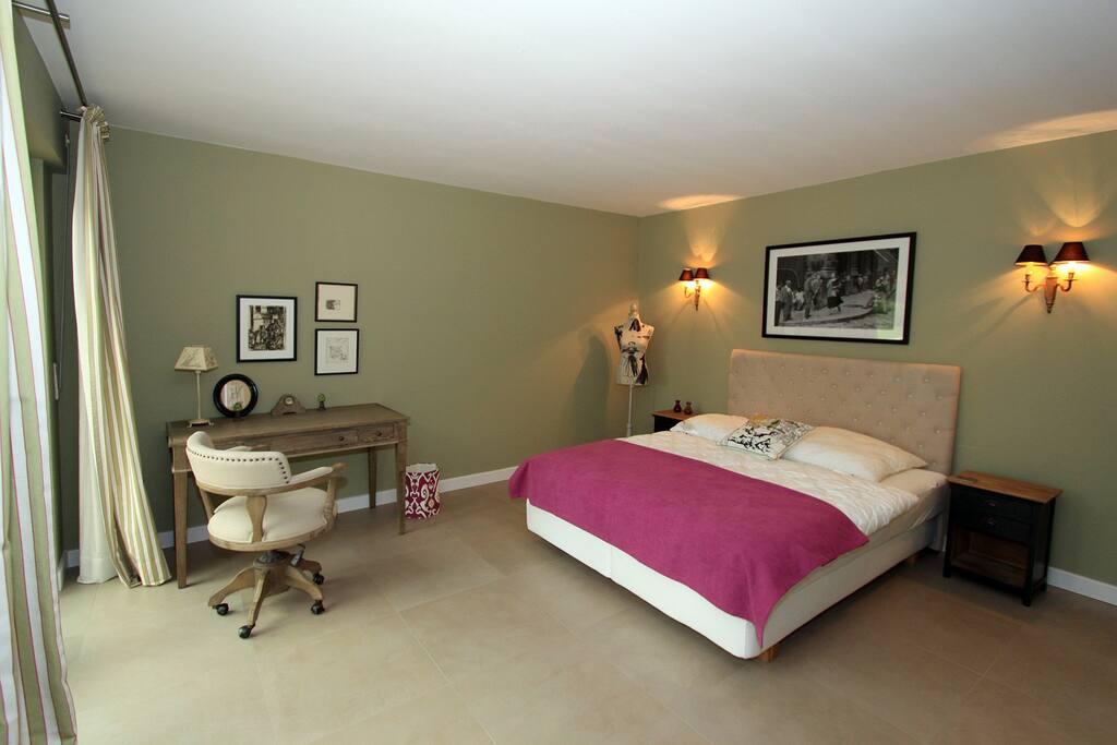 Schlafzimmer 2 mit Terrassenzugang (Rolladen)