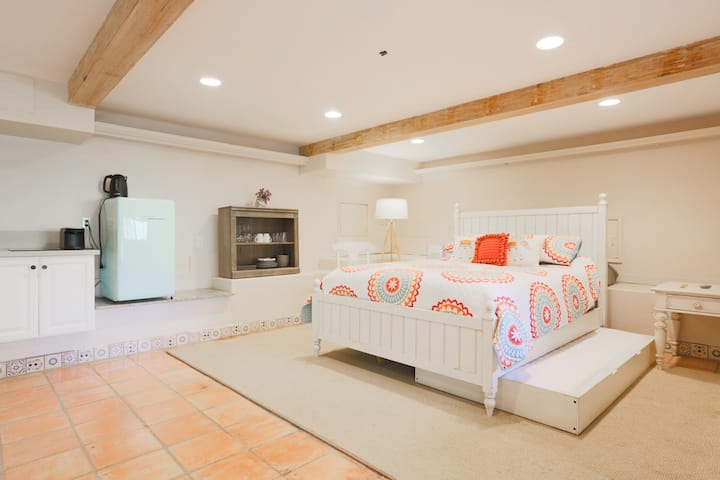 Topanga Stylish Suite & Hike private entrance