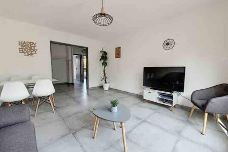 Luxurious, 2 bedrooms, near beach + free parking