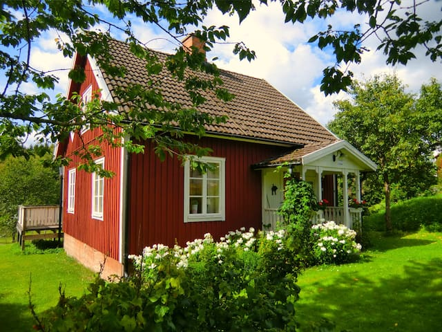 Charming Cottage, Sauna, lake, boat, fishing - Holsbybrunn