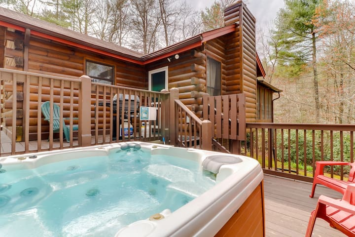 Adorable cabin in a secluded location w/ a furnished deck & private hot tub