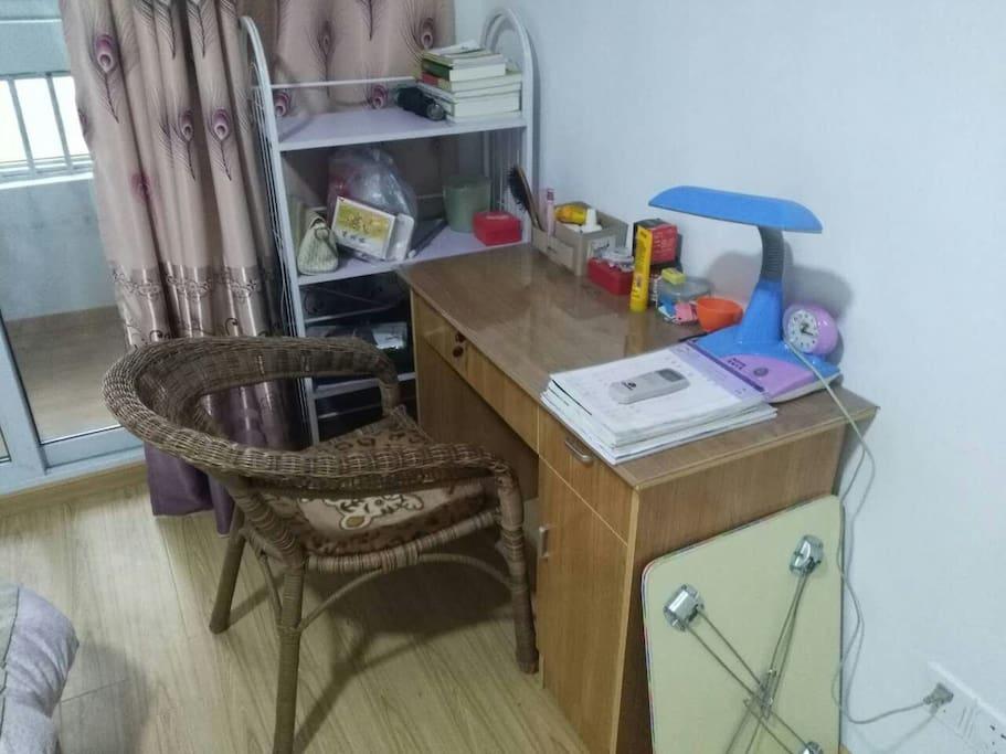 主卧室书桌