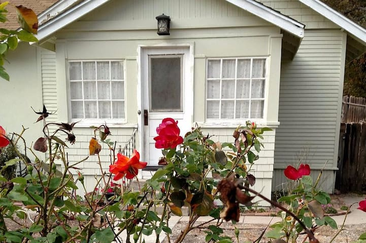 Rosario Cottage - the roses are always in bloom