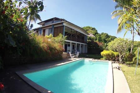 Villa Gaia, Chambre Baliste au bord de la piscine - Hell-Ville