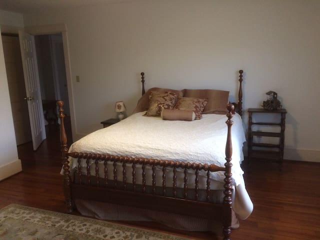 Comfy Queen Bed & bath on a lovely farm near town!