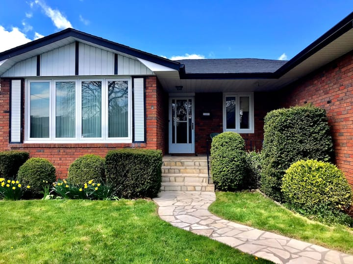 Gorgeous living in 3 bedroom house (Burlington,ON)