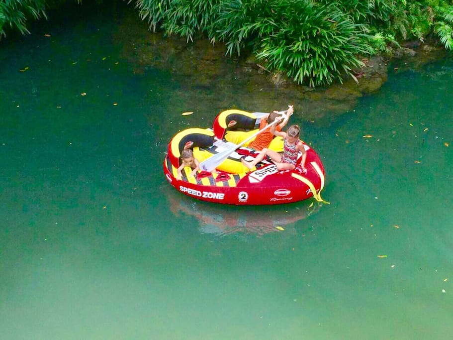 EL charco natural pertenece a la finca donde se puede hacer snorkel, alimentar los peces, nadar, etc.