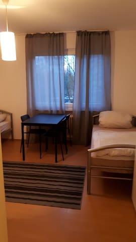 separate Wohnung . 10 Minuten bis Frankfurt.