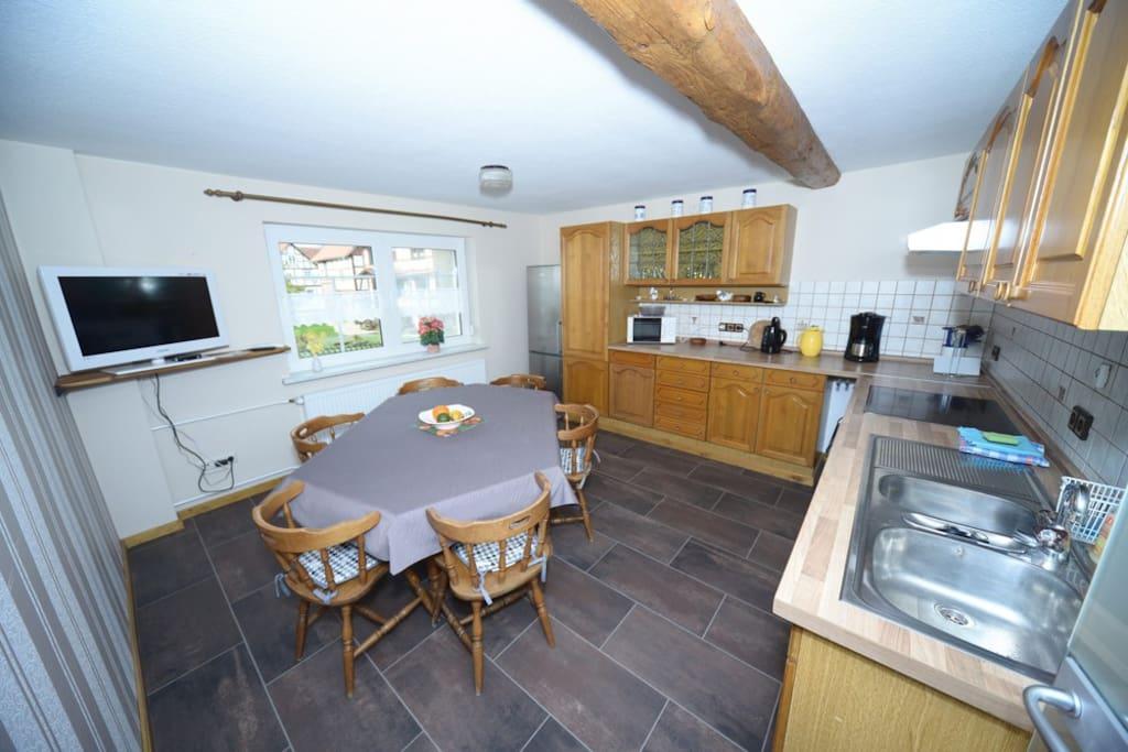 Große Küche mit sechs Stühlen