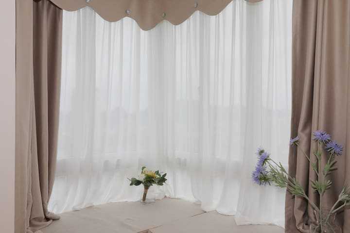 房间的飘窗,长度是两米一,宽度是72厘米,可以当床铺呢