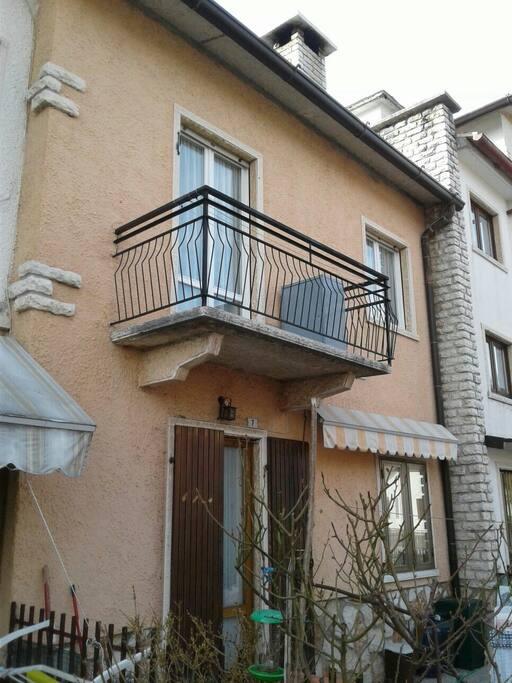 esterno, balcone che si affaccia sulla strada