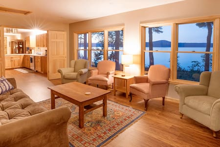 Superior Shores: Clean & Bright Home on the Lake