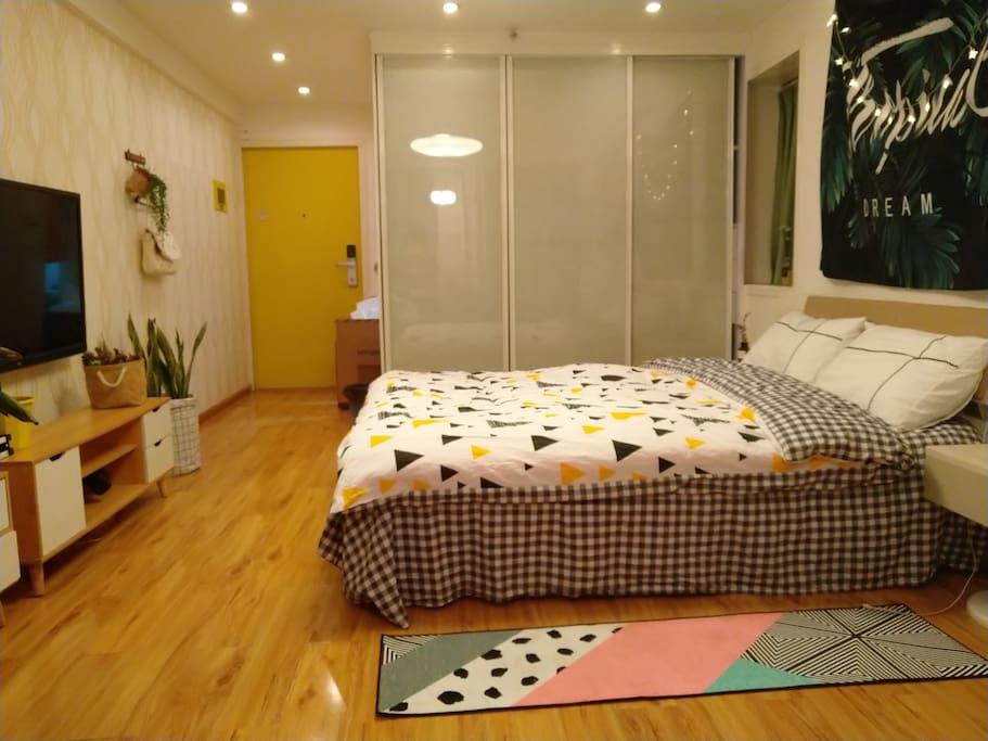 这是床铺,软硬程度合适,睡着很舒服。