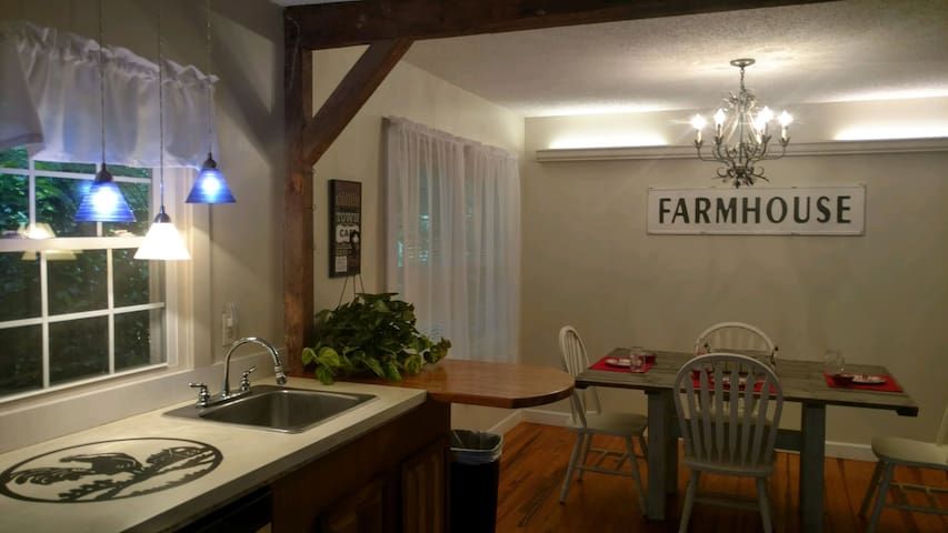 Hobby Farm Cottage *Country Feel Near Town 3br2bth