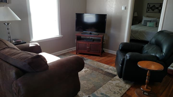 Close and cute - Fully furnished and pet friendly
