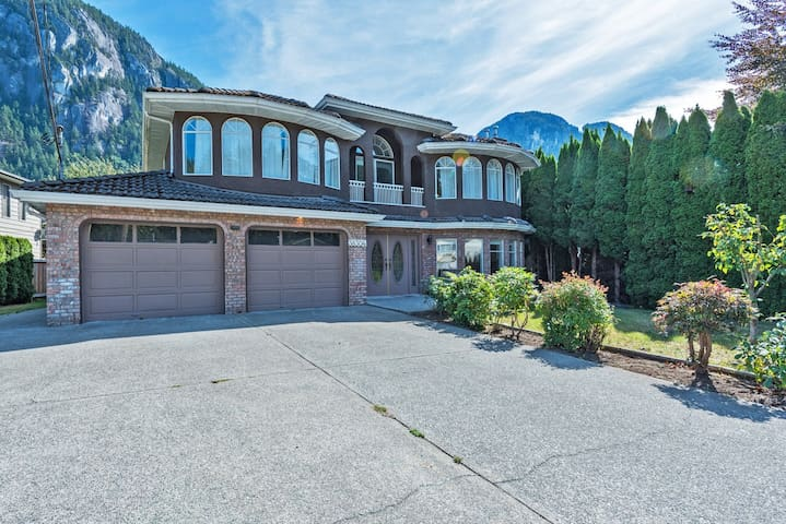 Close to Whistler spacious 4 bedroom Squamish home