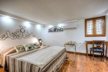 La testiera del letto è originale in ferro battuto ed è dei primi dell'Ottocento di un famoso fabbro italiano.