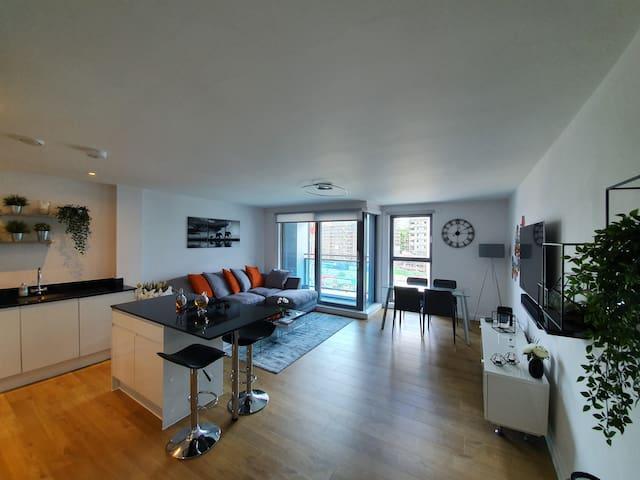Entire spacious 2 bed 2 bath top-floor apartment