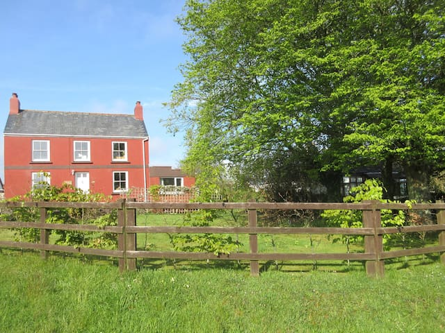 SWINHAY, pet friendly, country holiday cottage in Hook, Ref 954286