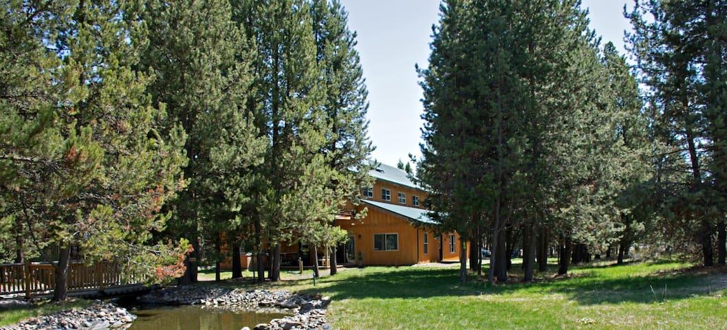 """Queen/Pond Suite"" in Homestead Lodge / Cabin"