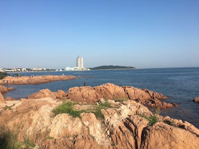 无敌海景房、距离海岸线仅5米,位于小青岛景区旁、鲁迅公园、海军博物馆、海底世界、第一海水浴场、栈桥