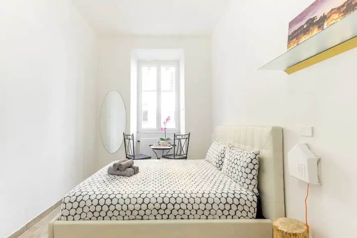 Sunny double room, enjoy your breakfast, a big table is at your disposal :-)