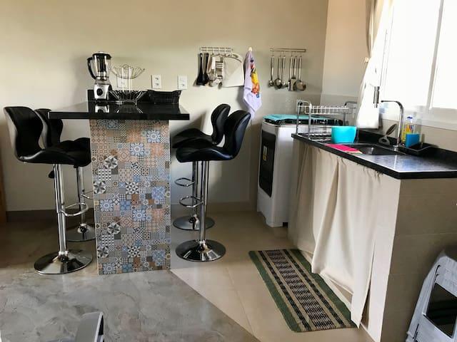 Bancada de Mármore para Refeições com 4 Cadeiras giratórias com encosto e ajuste de altura e Cozinha