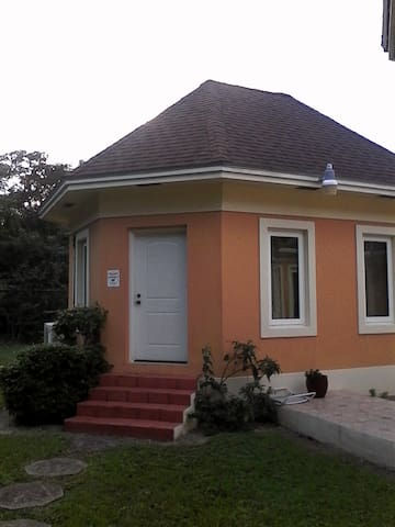 Cozy cottage near Int'l Airport and beaches
