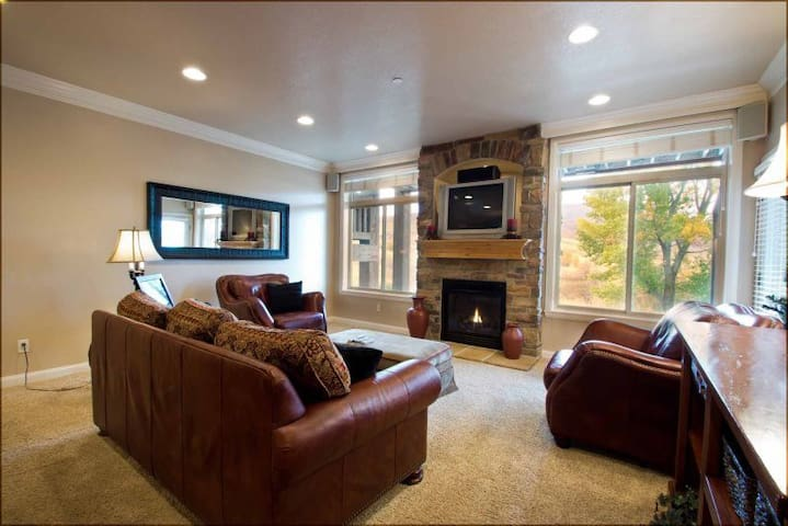 Lakeside Unit 44- Closest lodging to Snowbasin- discount lift tickets, sleeps 10