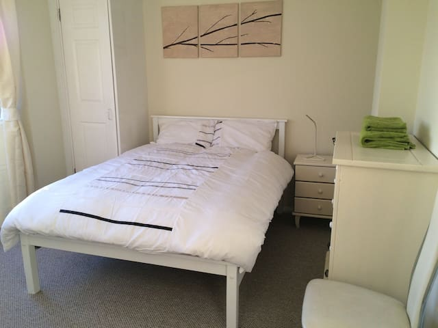 Lovely comfortable roomwith balcony - Belfast