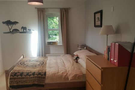 Double room with en suite 5 mins walk to airshow - Farnborough