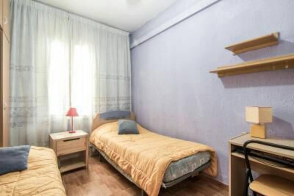 2 camas armario estantes y mesa de estudios,luminosa y exterior