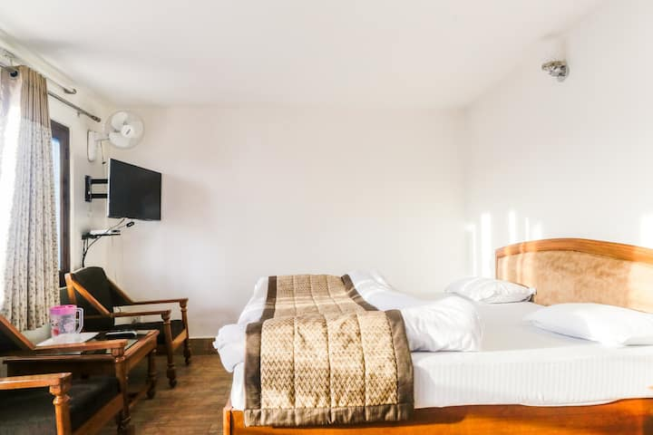 Centrally located Hotel room with Gun Hill View