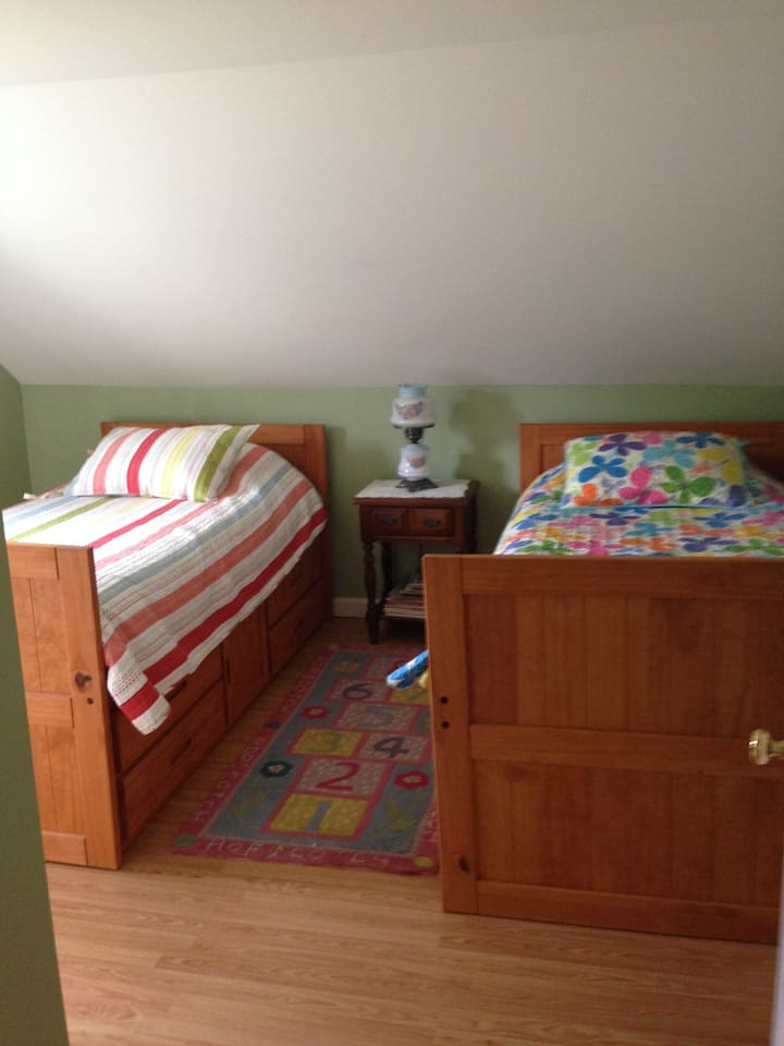 Bedroom 3 with 2 twin beds.