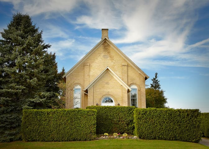 1869 charming, yellow brick church - Hamilton Division - Szoba reggelivel