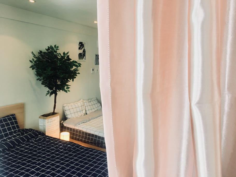 아침햇살을 막아주는 분홍 암막커튼^^ Pink blackout curtain^^